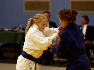 Deux jeunes filles en plein combat de judo.