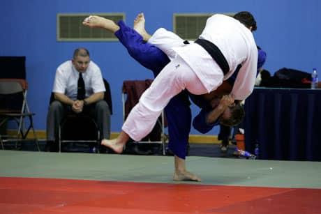 Combat entre deux judokas.