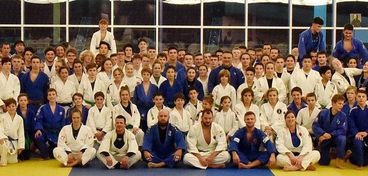Photo de groupe. Les nouveaux intronisés au Temple de la renommée de Judo Québec en compagnie des participants au stage technique d'hiver – camp d'hiver